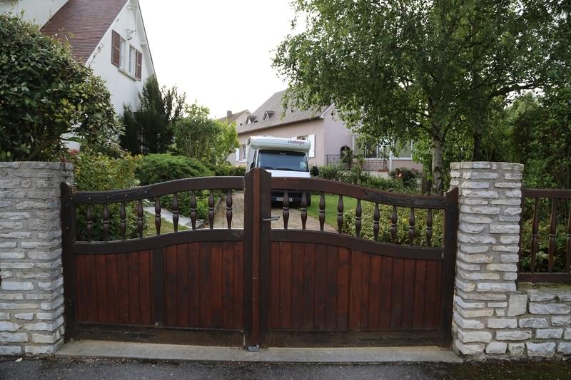 ancien portail chantier technitoit à chartres, 2 portails et une clôture