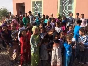 don de fournitures et jouets à une école marocaine