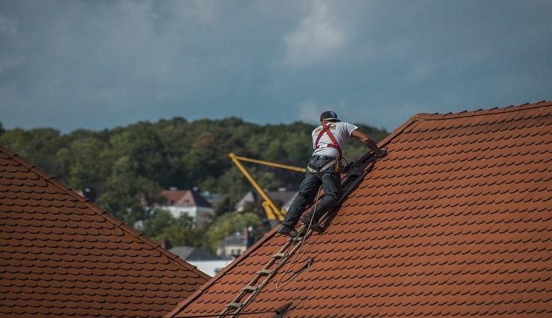 monter sur une toiture quels sont les risques à éviter
